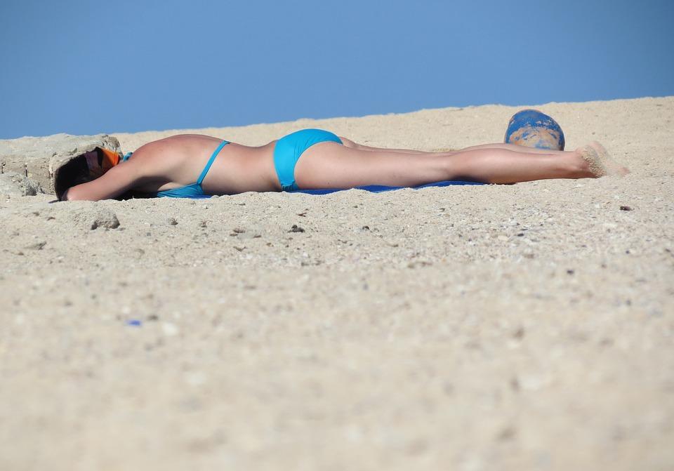 Le 10 regole per prendere il Sole senza provocare danni a pelle e occhi