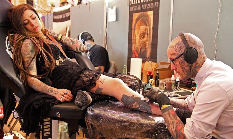 In Estate è Boom di Tattoo-Changing: 6 persone su 10 si pentono dei propri tatuaggi