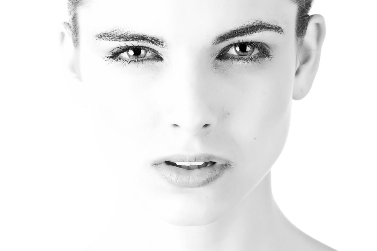 Sfoghi sul viso: tipologie e come risolvere il problema